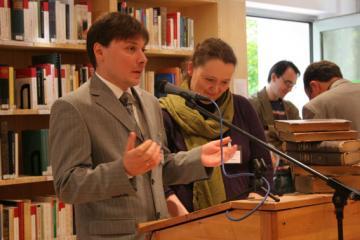Kierownik naukowy biblioteki, dr Robert Żurek i bibliotekarka Sandra Butte