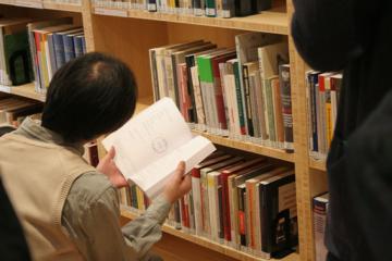 Goście uroczystości zapoznający się z księgozbiorem