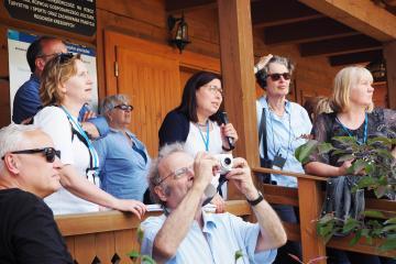 Konferenzteilnehmer spazieren entlang des Städtchen auf dem Kulturpfad  (Masteczko na Szlaku Kultur) in Biłgoraj. Seit 2009 entstehen hier wie aus dem Nichts Wohnviertel, die an die traditionelle hölzerne Bauart aus der Region um Lublin anknüpfen. Neben dem Bau von Mietshäusern und Dienstleistungsgebäuden werden hier auch eine aus dem 17. Jahrhundert stammende Synagoge und das Haus von Isaac Bashevis Singer restauriert – in beiden Gebäuden sollen sich später Museen  befinden.