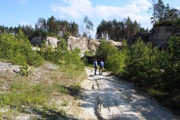 Zwiedzanie kamieniołomów w Józefowie, gdzie od wieków wydobywano materiał budowlany – piaskowiec.