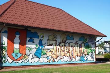 """Graffiti, entstanden anlässlich des internationalen Festivals """"Auf den Spuren von (Isaac Bashevis) Singer"""", welches seit 2011 stattfindet. Der Großvater von Isaac Bashevis Singer war Rabbi in Biłgoraj. Im literarischen Schaffen Isaacs lassen sich viele autobiographische, mit dieser Region verbundene Motive finden."""