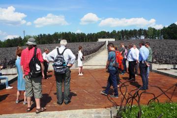 Besuch der Museum-Gedenkstätte Bełżec. Das Massengrab der Opfer des Vernichtungslagers wird durch einen schmalen Weg geteilt, der zu der Wand führt, auf der ein Zitat aus dem Buch Hiob sowie die Namen der ermordeten Juden gemeißelt sind.