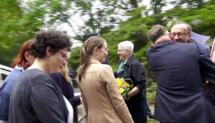 Das Team des ZHF Berlin überreicht Prof. Robert Traba das Abschiedsgeschenk
