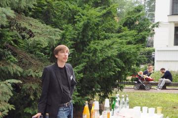 Alexander Szalapski, im Hintergrund: Marianna Sykała mit ihrer Familie