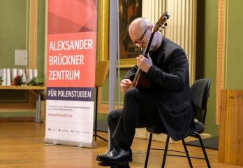 Oprawa muzyczna - Andrzej Mokry na gitarze ©Maike Gloeckner